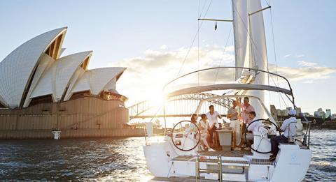 於悉尼海港航海的友人