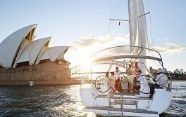於悉尼海港在遊艇上航海