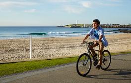 在臥龍崗(Wollongong)的臥龍崗海灘踏單車